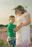Menina grávida com seu filho Imagens de Stock Royalty Free