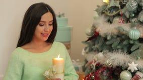 Menina grávida com vela perto da árvore de Natal filme