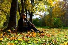 Menina grávida na floresta do outono Imagem de Stock Royalty Free