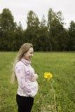 Menina grávida que anda na natureza e no sorriso Imagem de Stock Royalty Free