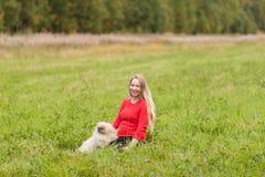 Menina grávida que anda na natureza e no sorriso Fotografia de Stock