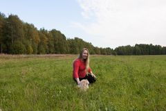 Menina grávida que anda na natureza e no sorriso Imagens de Stock Royalty Free