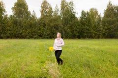 Menina grávida que anda na natureza e no sorriso Foto de Stock Royalty Free