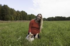 Menina grávida que anda na natureza e no sorriso Imagem de Stock