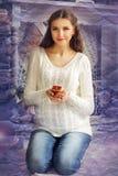 A menina grávida senta-se em seu regaço e em guardar uma vela Imagem de Stock