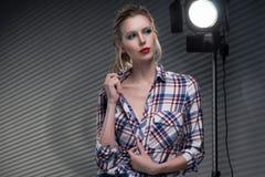 Menina grande loura delgada bonita do peito sem um sutiã que veste u fotografia de stock