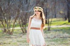 Menina, grinalda floral e floresta da mola Fotos de Stock Royalty Free