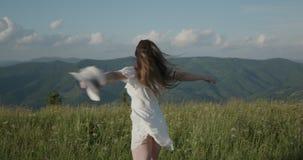 A menina grita com felicidade sobre a montanha video estoque