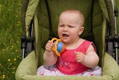 A menina grita em um carro. Fotos de Stock Royalty Free