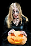 Menina gritando do vampiro com uma abóbora de Halloween Fotografia de Stock Royalty Free