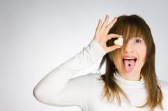 Menina gritando que prende doces heart-shaped Imagens de Stock Royalty Free