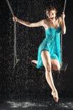 Menina gritando 'sexy' na equitação do vestido no balanço Fotografia de Stock Royalty Free