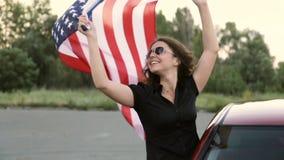 A menina guarda a bandeira de América vídeos de arquivo