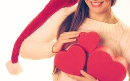 A menina guarda caixas de presente dadas forma coração Imagens de Stock Royalty Free