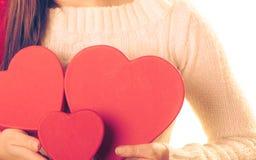 A menina guarda caixas de presente dadas forma coração Imagens de Stock