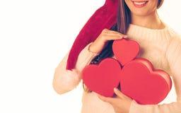 A menina guarda caixas de presente dadas forma coração Imagem de Stock
