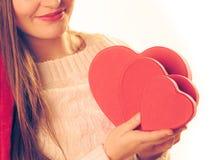 A menina guarda caixas de presente dadas forma coração Foto de Stock Royalty Free
