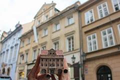 A menina guarda a casa checa do século da lembrança XV, lva do zlateho de U, no fundo dessa casa real, Mala Strana, Nerudova fotos de stock royalty free