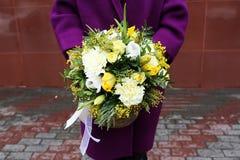 A menina guarda flores Imagens de Stock Royalty Free