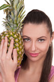 A menina guarda o abacaxi Foto de Stock