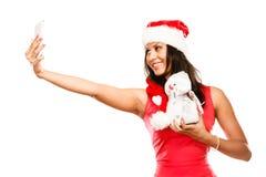 A menina guarda o boneco de neve que toma o selfie Fotos de Stock Royalty Free