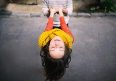 A menina guarda o menino das mãos Imagens de Stock