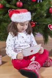 A menina guarda Santa Letter Envelope Fotografia de Stock Royalty Free