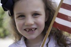 A menina guardara a bandeira americana Fotografia de Stock Royalty Free