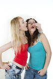 A menina harmoniosa trata o amigo com os bolos imagem de stock royalty free