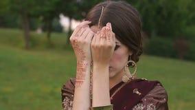 Menina hindu bonita no sari tradicional do traje filme