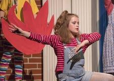menina idosa de Onze-ano que canta na fase no jogo da escola Fotografia de Stock