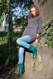 A menina inclinou os cotovelos sobre uma árvore Imagens de Stock