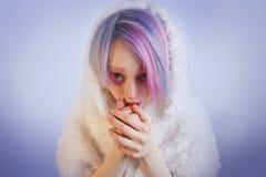 A menina incomum com cabelo cor-de-rosa, sente o frio na pele Imagem de Stock