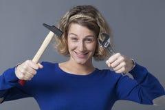 A menina independente alegre que joga com ferramentas gosta de brinquedos de DIY Imagens de Stock