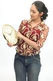 Menina indiana adolescente que vê o pulso de disparo imagem de stock
