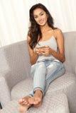 Menina indiana bonita do estudante que usa o dispositivo móvel do telefone esperto imagens de stock royalty free