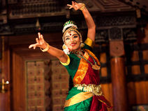 Menina indiana bonita que dança a dança de Bharat Natyam, Índia Fotografia de Stock Royalty Free