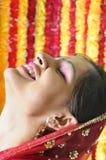 Menina indiana bonita que sorri feliz. imagem de stock