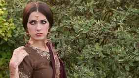 Menina indiana com o sari tradicional do traje no parque vídeos de arquivo