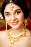 Menina indiana doce da beleza no sari que sorri perto acima Imagens de Stock