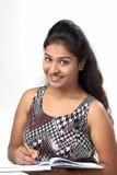Menina indiana nova que levanta no estilo para o tiro do produto Fotografia de Stock