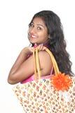 Menina indiana nova que levanta no estilo para o tiro do produto Fotos de Stock