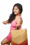 Menina indiana nova que levanta no estilo para o tiro do produto Foto de Stock