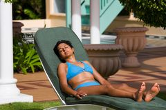 Menina indiana que sunbathing fotografia de stock royalty free