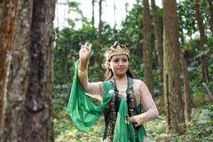 Menina indonésia que levanta para uma dança do lengger fotografia de stock