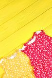 A menina infantil coloriu vestidos modelados Imagens de Stock