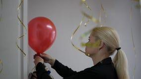 A menina infla um balão vídeos de arquivo