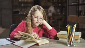 Menina inteligente que faz trabalhos de casa para a escola secundária video estoque
