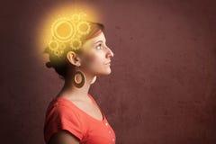 Menina inteligente que pensa com uma ilustração da cabeça da máquina imagem de stock
