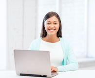Menina internacional do estudante com o portátil na escola Imagens de Stock
